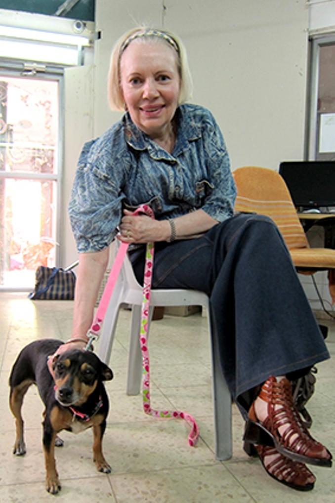 גליה אימצה את אודליה, כלבת פינצ'ר מעורבת בת שנתיים