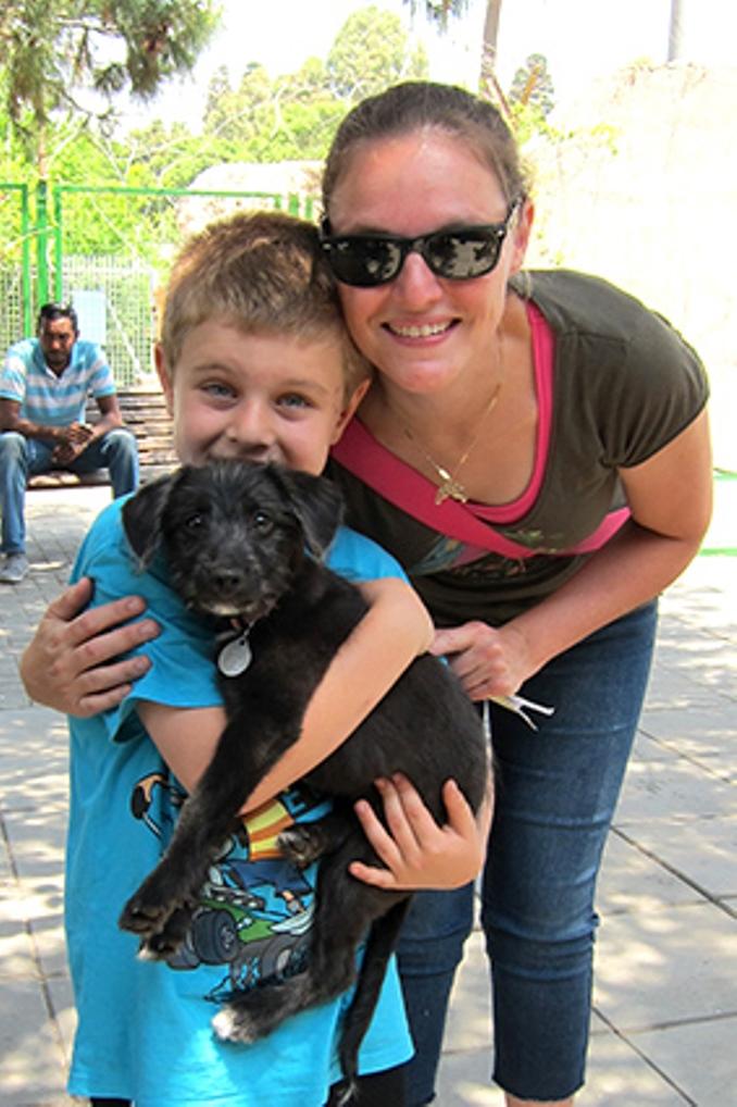 לאפה, כלבת טרייר מעורבת בת 3 חודשים שננטשה ברחוב, אומצה על ידי ערן ובני משפחתו