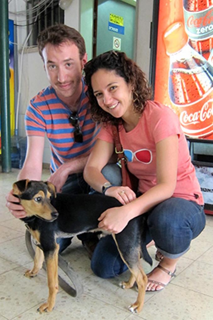 קוקו, כלב פינצ'ר מעורב בן 5 חודשים שנמצא משוטט ברחוב, אומץ על ידי אורי ובת זוגו