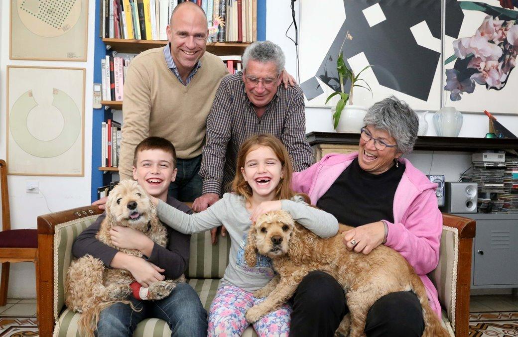 משפחת ארביב והכלבות טופי ודבש שאומצו באגודה