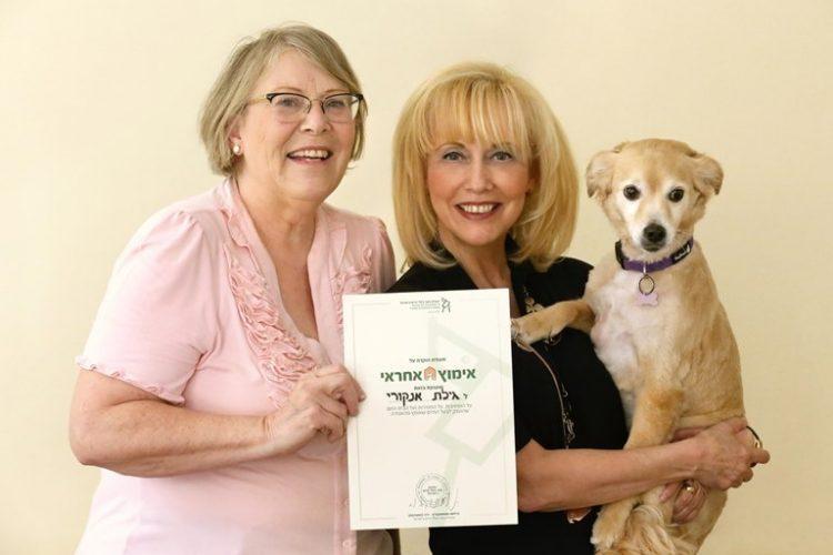 Гила Анкори, которая десять лет назад взяла Джули и Нони из приюта, получает почетную грамоту из рук председателя Общества защиты животных Хильмы Шемушкович
