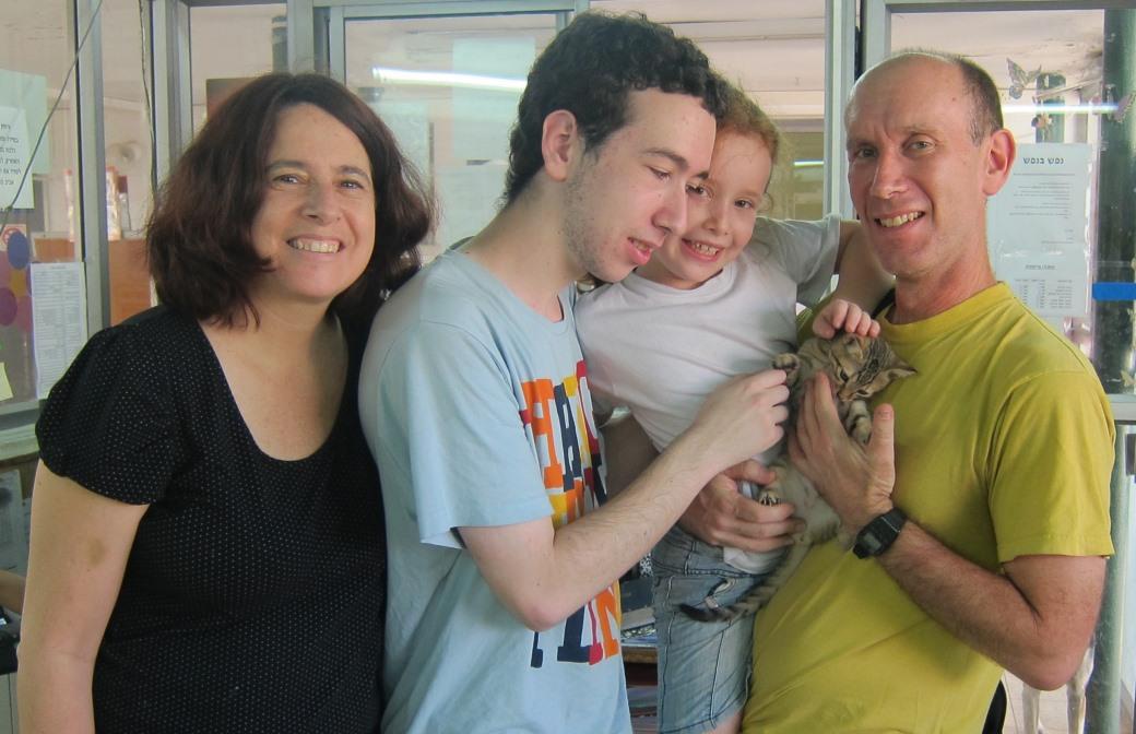 משפחת גל בהרכב מלא (ההורים נעמה ודני והילדים דנה ואיתי) בעת אימוצו של מקס לפני כשנה כשהיה גור בן 3 חודשים.