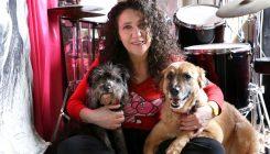 אלונה דניאל ושני הכלבים שאימצה באגודה