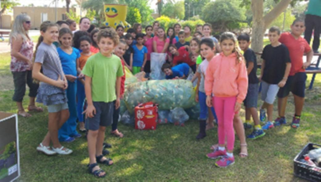 תלמידי בית הספר גפנים אספו בקבוקים למחזור לטובת בעלי החיים