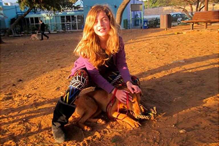 """זהר ברק מתנדבת באגודה במסגרת פרויקט """"התנדבות בנות מצווה"""""""