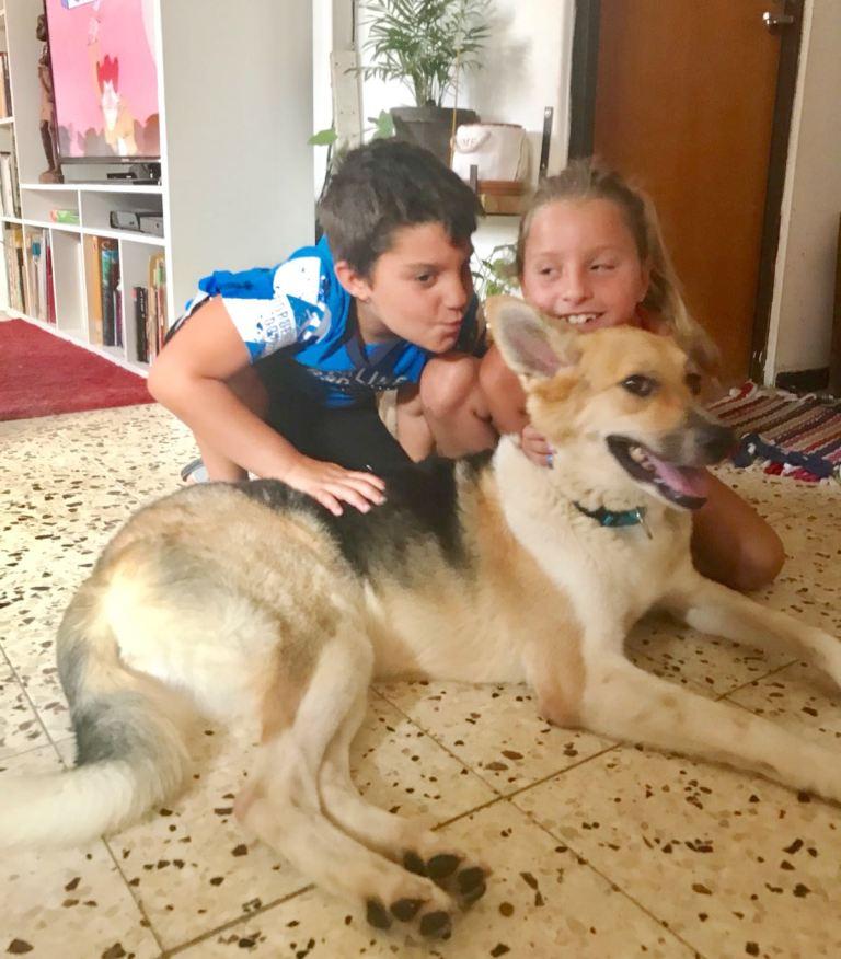 משפחת פרחי עם הכלבה זואי - אגודת צער בעלי חיים בישראל