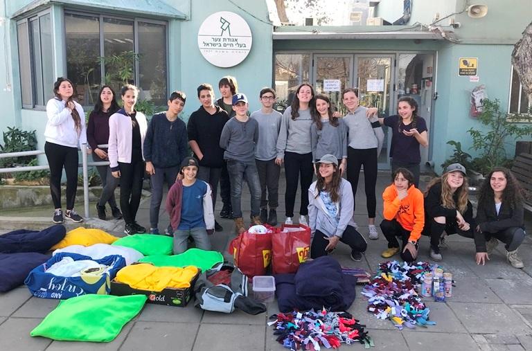התלמידים מגיעים לאגודה עם התרומות שהכינו