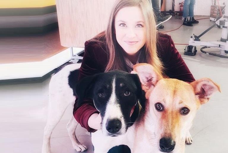 פאולה רוזנברג ושני כלבים מהאגודה שמועמדים לאימוץ - אגודת צער בעלי חיים בישראל