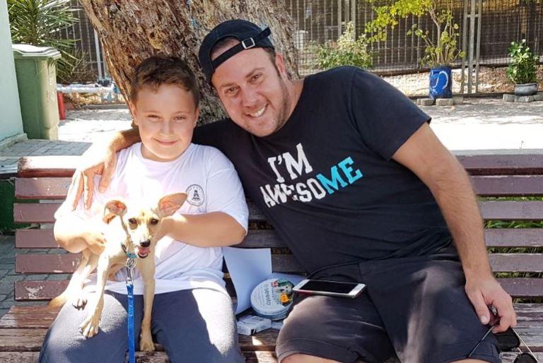 ניקי גולדשטיין ובנו מאמצים באגודה את הכלב מילקי - אגודת צער בעלי חיים בישראל