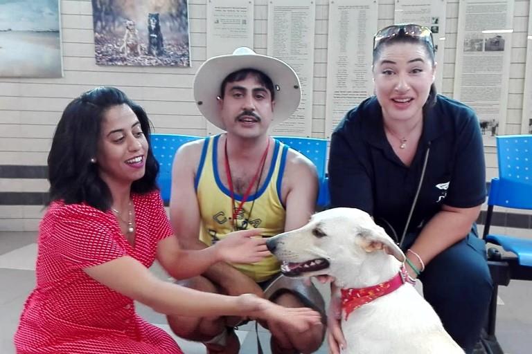 """עדי חבשוש, שני קליין ואמיר שורש עם הכלב אסטרו, צילומי הסדרה """"שקשוקה"""" - אגודת צער בעלי חיים בישראל"""
