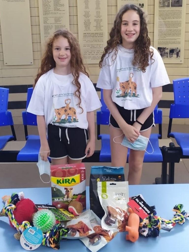 מיה ומיכל רכשו חטיפים ומשחקים לבעלי החיים - אגודת צער בעלי חיים בישראל