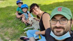 משפחת גור עם אסטרו - אגודת צער בעלי חיים בישראל - תמונה באדיבות המשפחה
